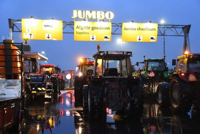 Boze boeren blokkeren het distributiecentrum van Jumbo in Woerden