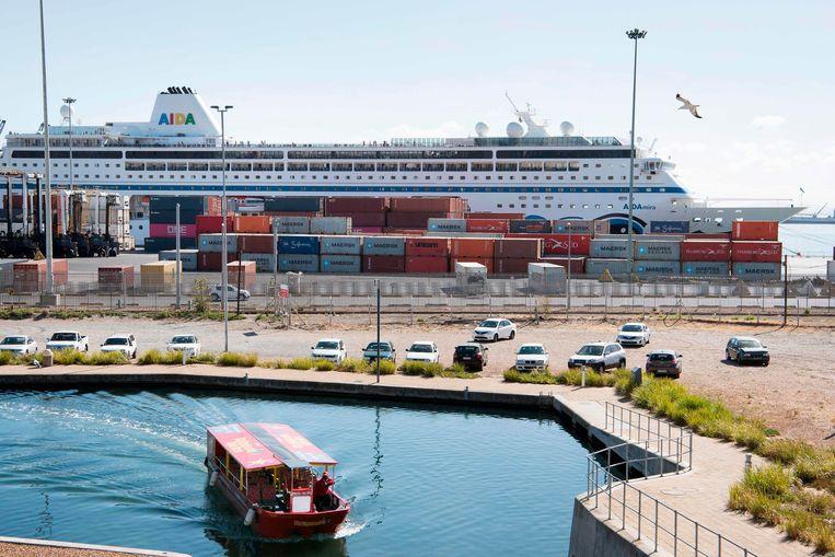 Italiaans cruiseschip in de haven van Kaapstad. Cruiseschepen mogen niet langer aanmeren in Zuid-Afrika