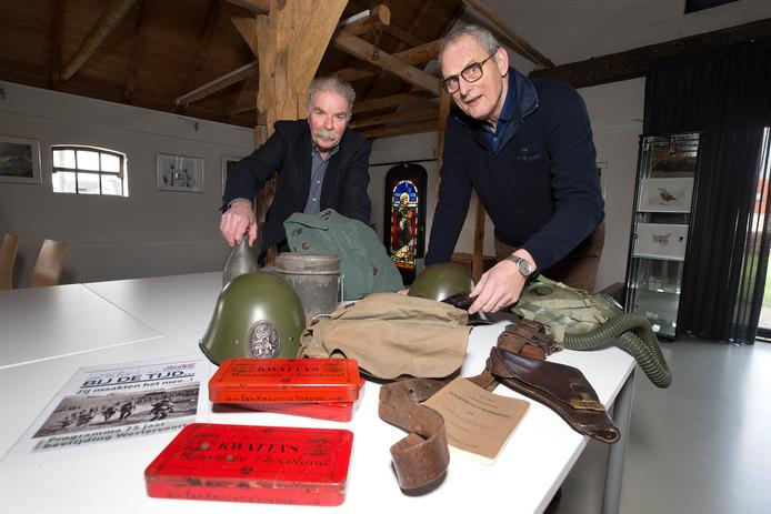 Frans Brink (links) en Hans Hovenszijn lid van de Historische Kring Westervoort.