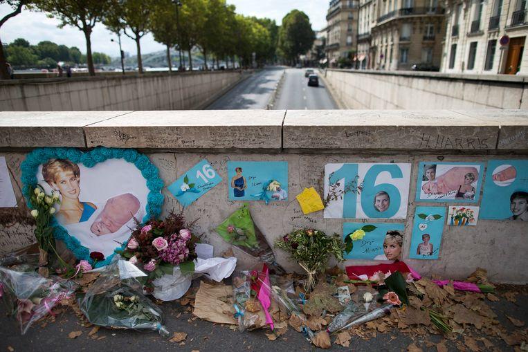 Nog steeds worden er bloemen neergelegd aan de tunnel Pont de l'Alma, waar prinses Diana samen met haar geliefde Dodi Al Fayed 22 jaar geleden om het leven kwam.