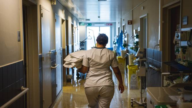 """Zeven mensen opgenomen in ziekenhuis na etentje van OKRA Zeveneken: """"Twee deelnemers hebben uitslag coronatest niet afgewacht"""""""