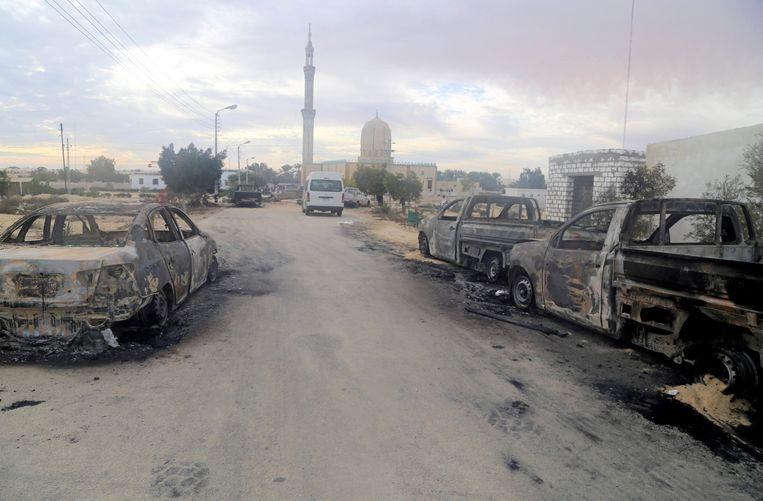 Beschadigde voertuigen nadat een bom was afgegaan bij de moskee.