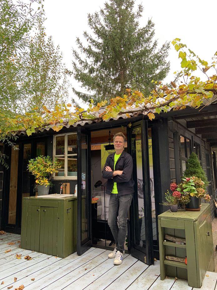 Martijn Paulen in zijn tuinhuis annex studio.