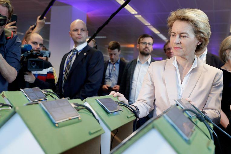 Ursula von der Leyen, voorzitter van de Europese Commissie, tijdens een demo van het NRGcoin-project aan de VUB.