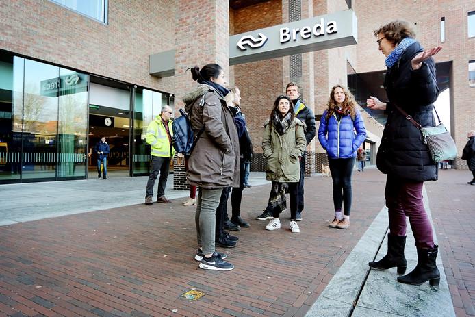 Studenten van Oxford University kregen een rondleiding over/door het station van Breda