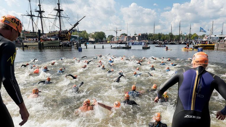Deelnemers aan de Amsterdam City Swim in 2017 Beeld anp