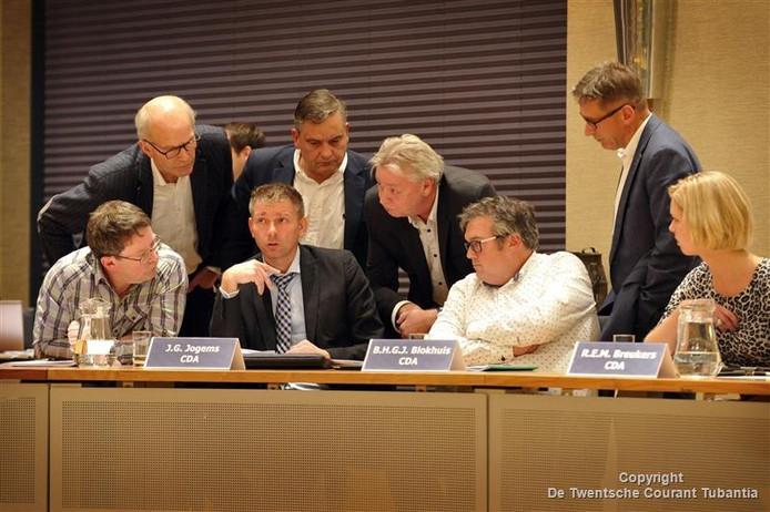 Overleg van CDA en PVDA in Dinkelland tijdens raadsvergadering over positie wethouder Zwiep