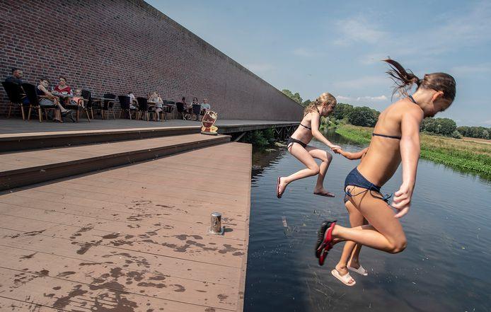 Lunchcafe Babbels in Gennep heeft op de vlonder langs de Niers in een mooi terras neergezet. Tevens springen er kinderen vanaf de vlonder in het riviertje de Niers om te zwemmen.