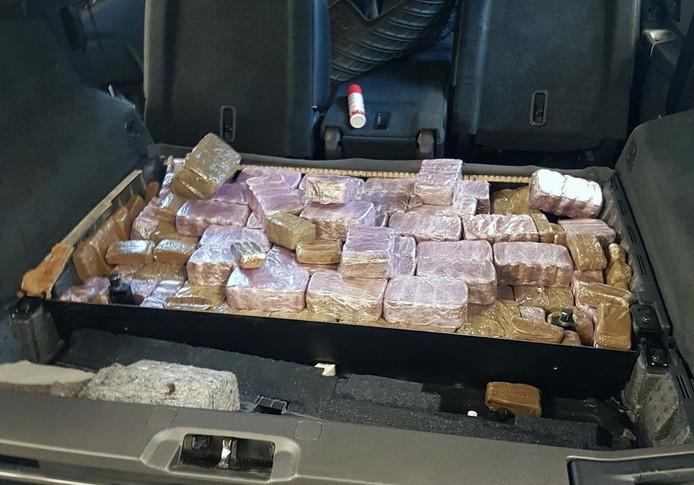 De 100 kilo drugs zat verstopt in geheime ruimtes onder de voorstoelen, achterbank en kofferruimte.