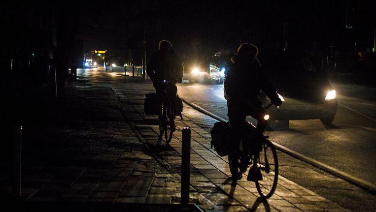 In 2016 werden 2725 boetes uitgeschreven voor Amsterdammers die zonder (werkende) verlichting door de stad fietsten. Beeld Maarten Brante