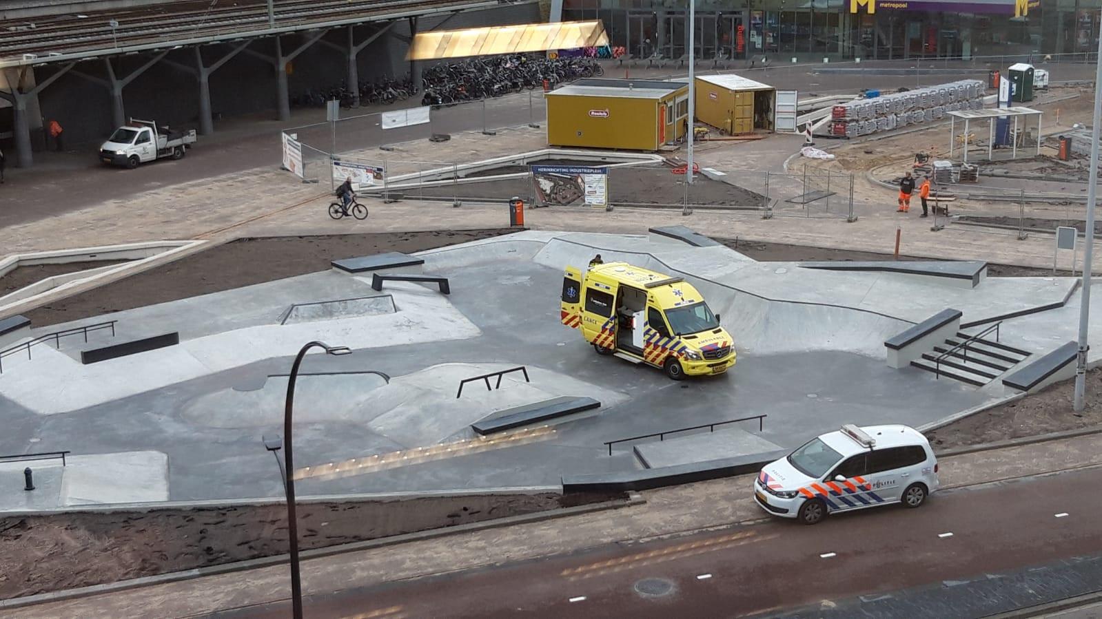 De gewonde skater werd per ambulance afgevoerd.