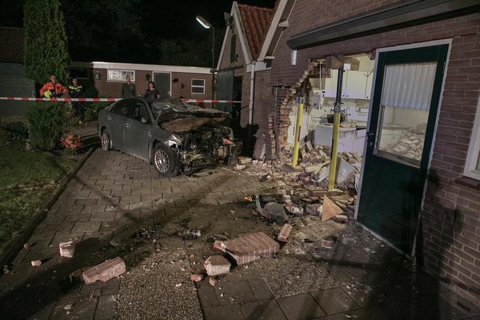 Een auto is een woning binnengereden aan de Bredeweg in het buitengebied van Bergharen.