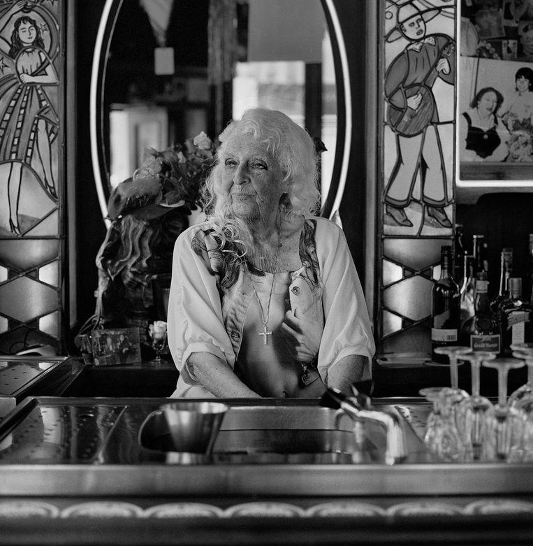 S. Blommers, kastelein in Amsterdam. De foto is gemaakt in haar café Rooie Nelis in 2014. Ze was toen 87 jaar. Beeld Wanna Renata