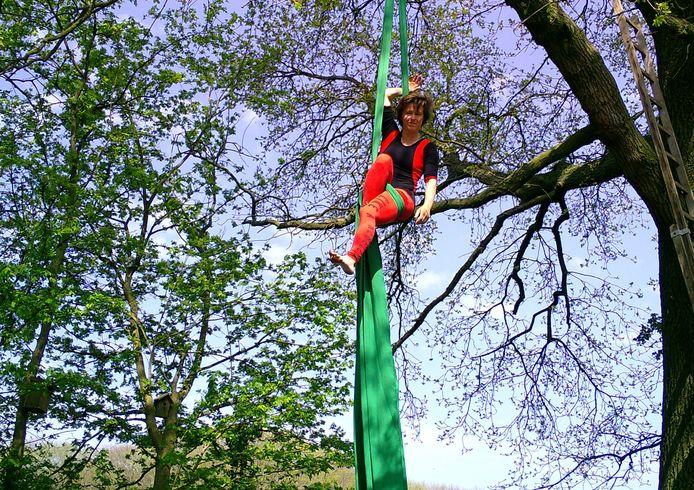 Esther Kämink hangt in haar boom in Aalten