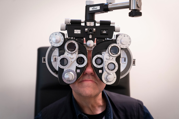Een patiënt neemt een oogmeting af.
