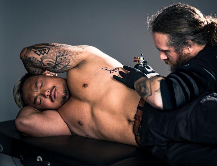 In een promofilmpje is te zien hoe zes mensen als tattoo de naam van een oosters gerecht laten plaatsen.