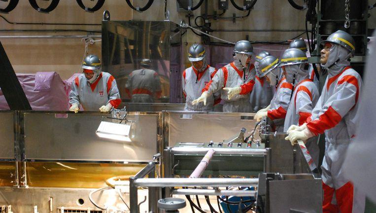 Lokale overheidsfunctionarissen in de kerncentrale van Fukushima. © afp Beeld AFP