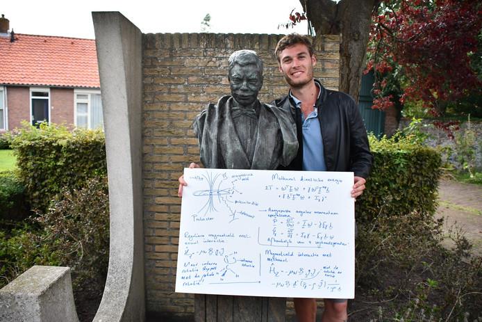 Boy Lankhaar naast het standbeeld van Pieter Zeeman in Zonnemaire.