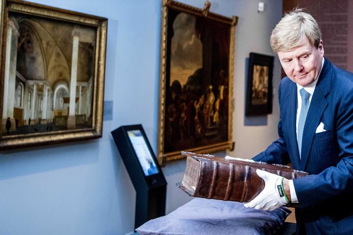 Koning Willem-Alexander tijdens de tentoonstelling 'Werk, bid en bewonder - Een nieuwe kijk op kunst en calvinisme', in oktober.