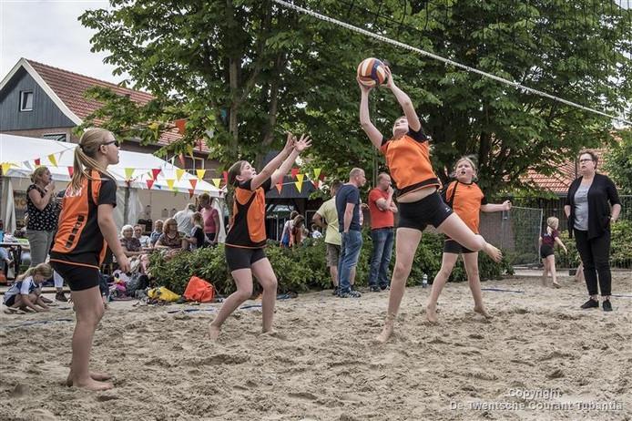 Beachvolleybaltoernooi Ross Stars Pollux Toppers vangen de bal