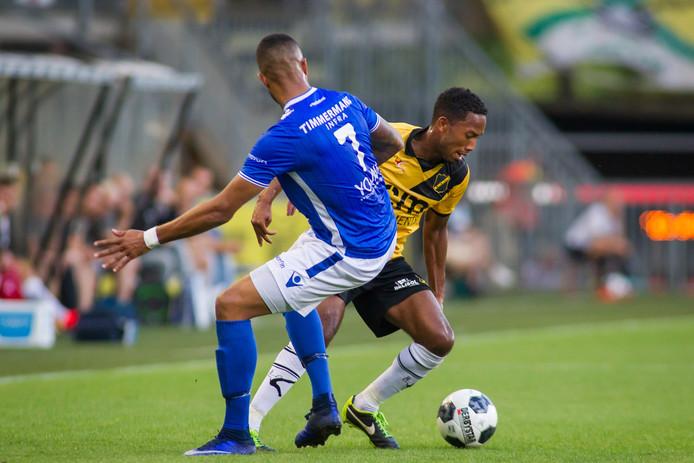Fabian Sporkslede in duel met Den Bosch-middenvelder Mario Bilate