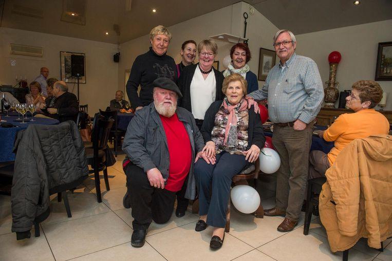 Paula Corthouts omringd door familie en vrienden.