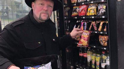 Geen winkels, maar dorpje Waterland-Oudeman heeft nu wel een snoep- en drankenautomaat