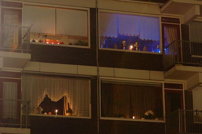 De Tilburgse Carin van Oekel hoopt dat zoveel mogelijk mensen dinsdagavond een kaars voor het raam of deur zetten.