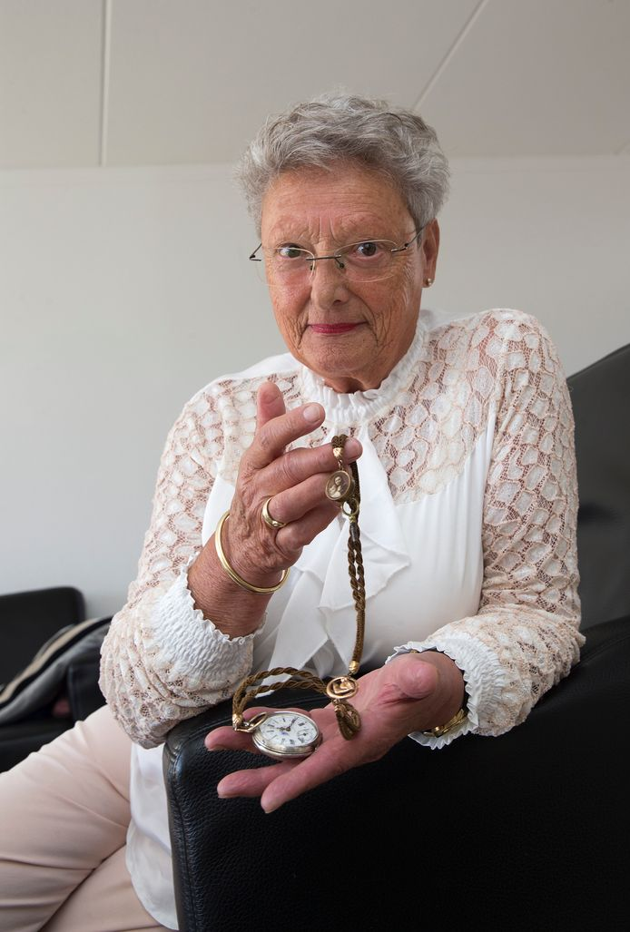 Hanny van Dam met zakhorloge met een ketting van gevlochten haar