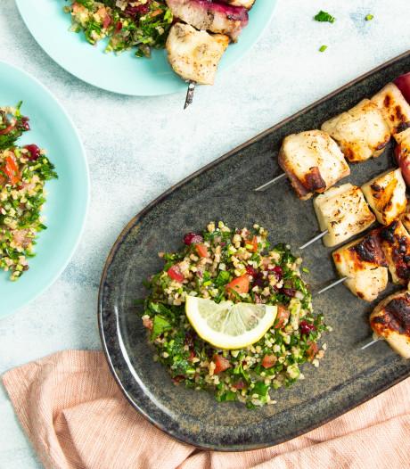 Wat Eten We Vandaag: Halloumi-spiesjes van de barbecue met tabouleh
