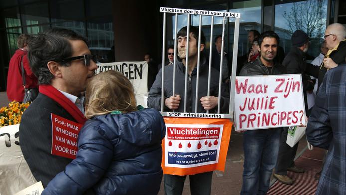 Tientallen vluchtelingen protesteren bij het PvdA-partijcongres in Leeuwarden.