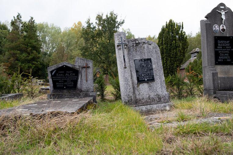Een aantal graven liggen er verzakt bij.