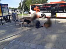 Vrouw maakt foto van jongens die haar portemonnee stelen en belt de politie