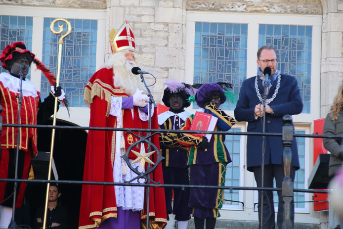 De burgemeester van Gouda kreeg wat speciaals van de sint, aangezien Milo Schoenmaker binnenkort aftreedt.
