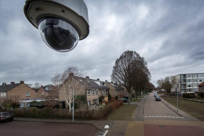 Een camera in de burgemeester van Altenastraat houdt de straat en woning in de gaten waar een aanslag is gepleegd op een gemeenteambtenaar