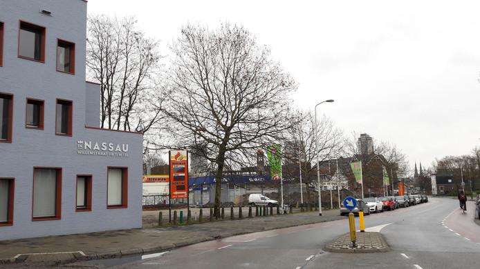 Terrein Van de Ven & Co aan de Willemstraat in Eindhoven, met links appartementencomplex De Nassau. Bewoners daar vrezen dat de nieuwbouw hun zonlicht gaat tegenhouden.