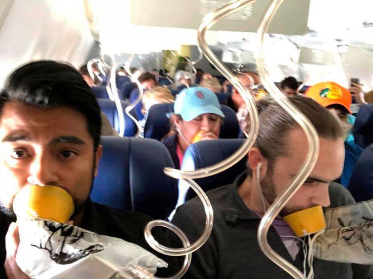 Marty Martinez, links, naast een andere passagier van de Southwest Airlines Boeing 737 na complicaties met een vliegtuigmotor, wat resulteerde in het omkomen van een vrouw die bijna uit het raam werd gezogen tijdens de vlucht. Beeld AP