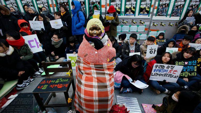 Zuid-Koreaanse demonstranten verzamelen zich tijdens een wekelijkse demonstratie tegen de Japanse regering bij een standbeeld van een