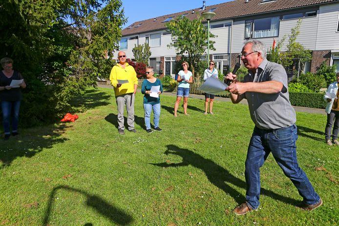 Initiatiefnemer Ton Damen maakt zijn buurtgenoten enthousiast voor de Ramses Shaffy-singalong.