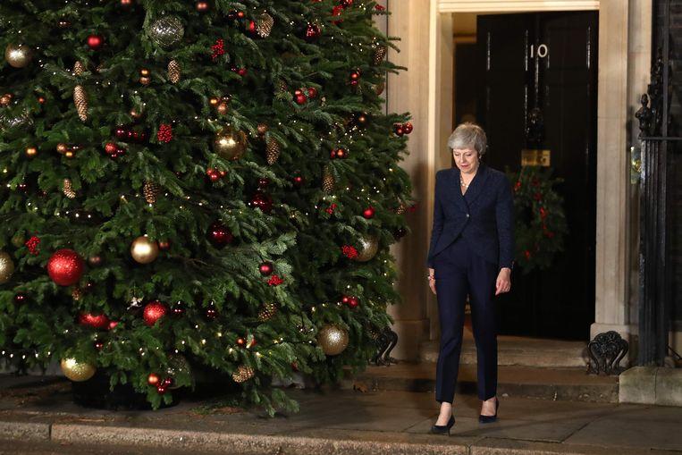 Premier May komt naar buiten om de pers te vertellen dat ze de vertrouwensstemming van de Conservatieve parlementsleden heeft gewonnen.  Beeld AFP