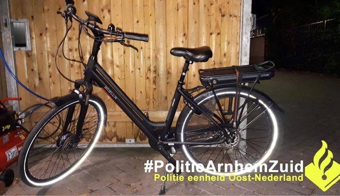 Een getuige zag de twee verdachten slepen met deze fiets in de omgeving van de Halsterenstraat in Arnhem.