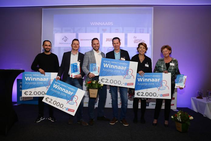 De Dordtse bedrijven Dordtmij en Jumbo Sterrenburg, FRS Fietsen uit Zwijndrecht en zorginstelling De Lange Wei uit Hardinxveld-Giessendam hebben een Social Impact Award gewonnen.