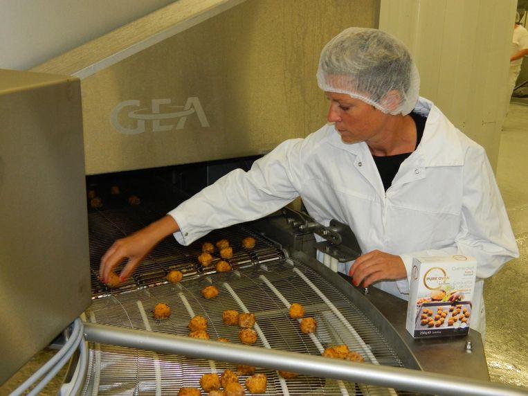 Daphné Aers zag gisterenochtend de eerste ovenkroketjes uit de nieuwe ovenlijn komen.