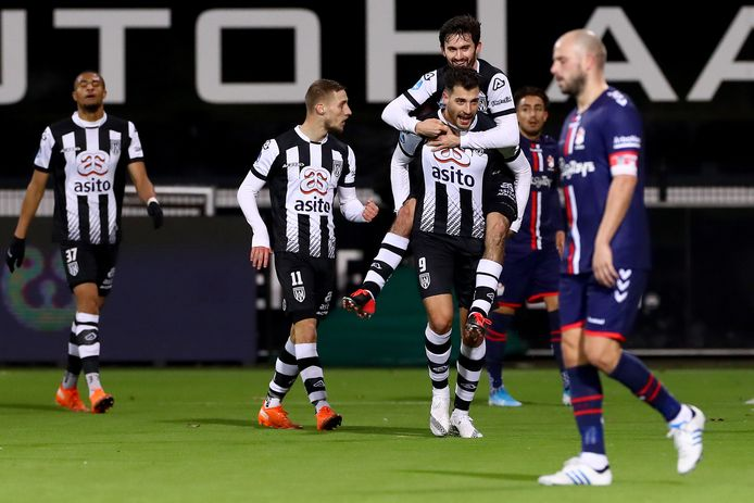 Sinan Bakis loopt juichend weg na de 2-0.