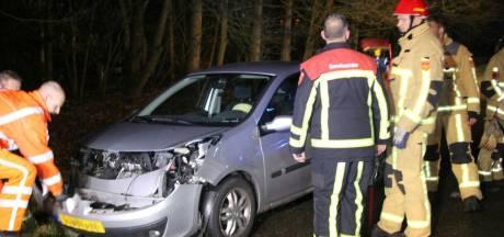 Bestuurster naar ziekenhuis na aanrijding met vrachtwagen bij Haarlo