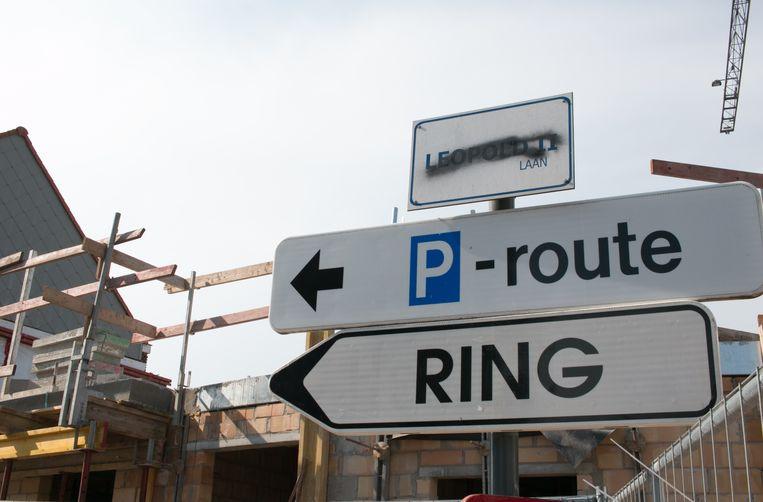 Op het straatnaambord in de Leopold II-laan in Sint-Niklaas is de naam van Leopold II al onleesbaar gemaakt.