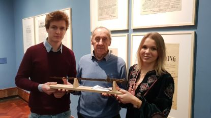 Koppel schenkt opgegraven bajonet uit WOI aan museum