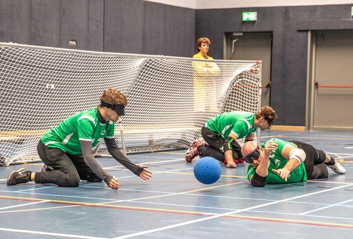 Bij het goalballtoernooi, zaterdag in Zwolle, heerste absolute stilte; anders horen de spelers de bal niet rinkelen.