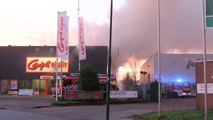 De brand sloeg vanmorgen uit de Carpetright in IJsselstein.