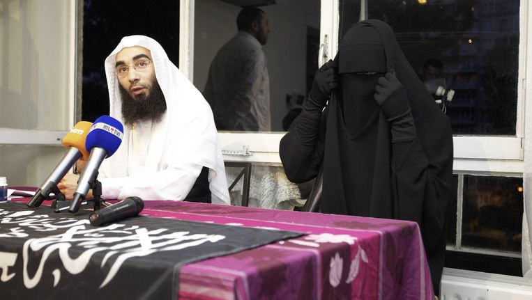 Sharia4Belgium-woordvoerder Fouad Belkacem tijdens een persconferentie met Stépanie D.